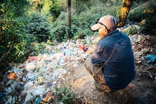 Achut osserva i rifiuti