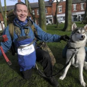 Ripulire le coste della Gran Bretagna dai rifiuti: l'avventura di Wayne Dixon e il suo cane