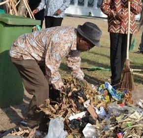 """John Magufuli, il 'Presidente spazzino"""" che combatte i rifiuti in Tanzania"""