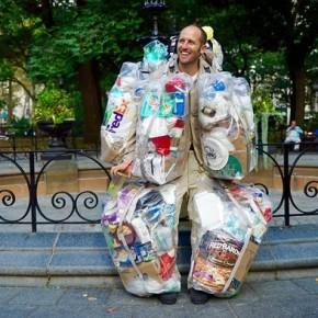 30 giorni vestito di rifiuti: l'insolita protesta di Rob Greenfield