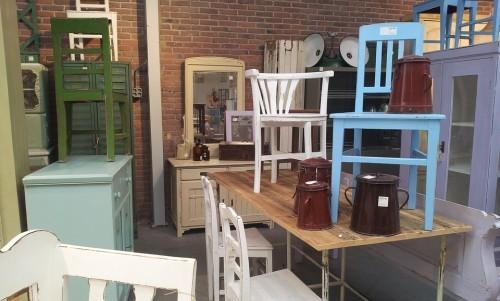 Riverniciare vecchi mobili può ridare loro un aspetto nuovo e differente.