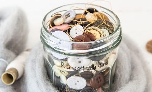 Vasetti riutilizzati per contenere piccoli oggetti. Fonte: Pinterest