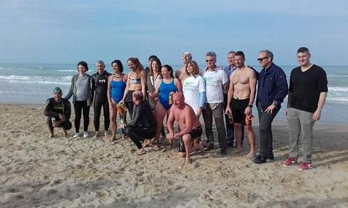 I partecipanti all'eco-nuotata sulla spiaggia di Pineto
