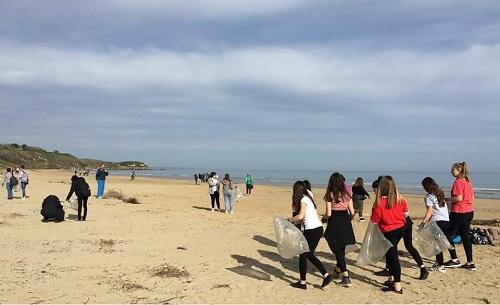 I ragazzi coinvolti nelle azioni di pulizia della Spiaggia di Vasto