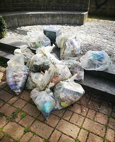 Una parte dei rifiuti raccolti durante la KCR18 a Teramo tra cui figura un televisiore