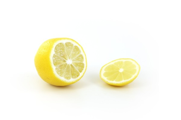 Il limone è un versatile ingrediente per autoprodurre detersivi.