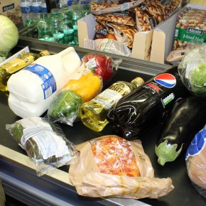 Più del 92% degli italiani fa la spesa al supermercato con buste riutilizzabili
