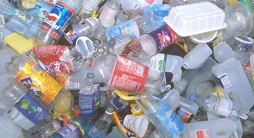 L'utilizzo massiccio di imballaggi in plastica è alla base del continuo aumento della produzione di questo materiale.