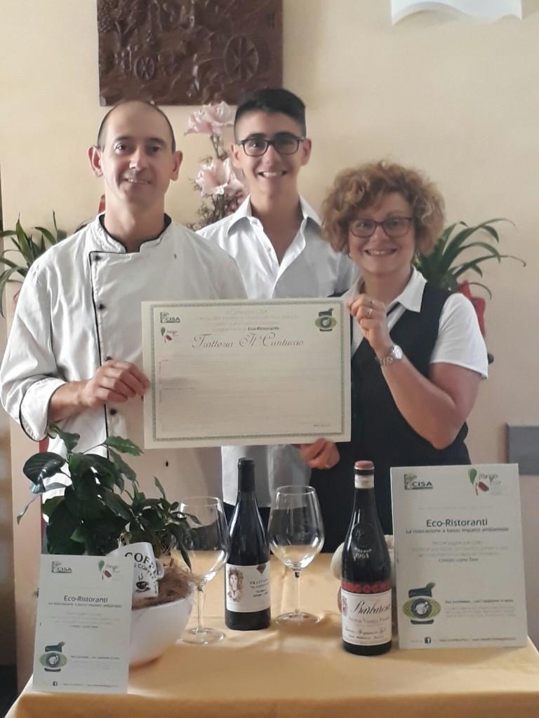 I ristoratori sfoggiano orgogliosi il proprio attestato di Eco-ristorante (fonte: Coop. Erica)
