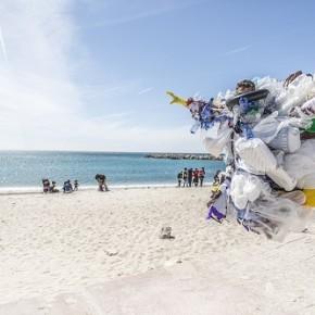 """Straw Patrol: in Portogallo, la """"pattuglia delle cannucce"""" si riunisce per pulire le spiagge ed educare ad un mondo sostenibile"""