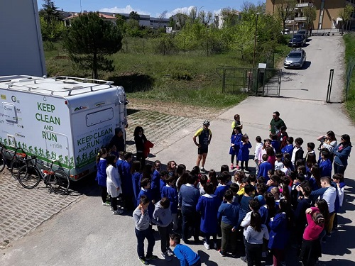 L'eco-atleta Roberto Cavallo e gli alunni della scuola primaria a Lanciano
